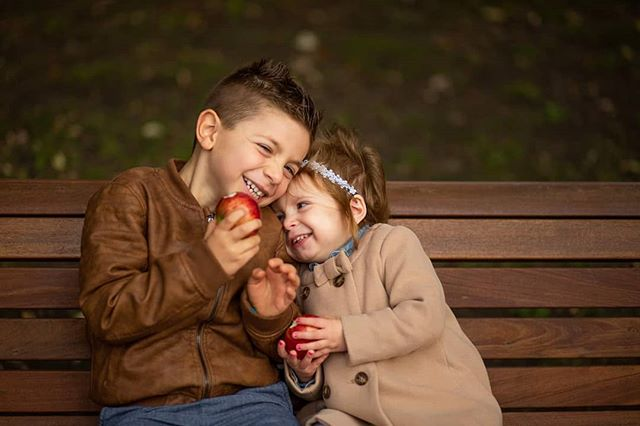 Not a wedding picture, but it was too cute not to share 😍 this family session at Parc Lafontaine. With fall upon us, it's the perfect time for portraits 🍂 . . . . . #family #photoshoot #fall #outdoors #kids #portrait #children #siblings