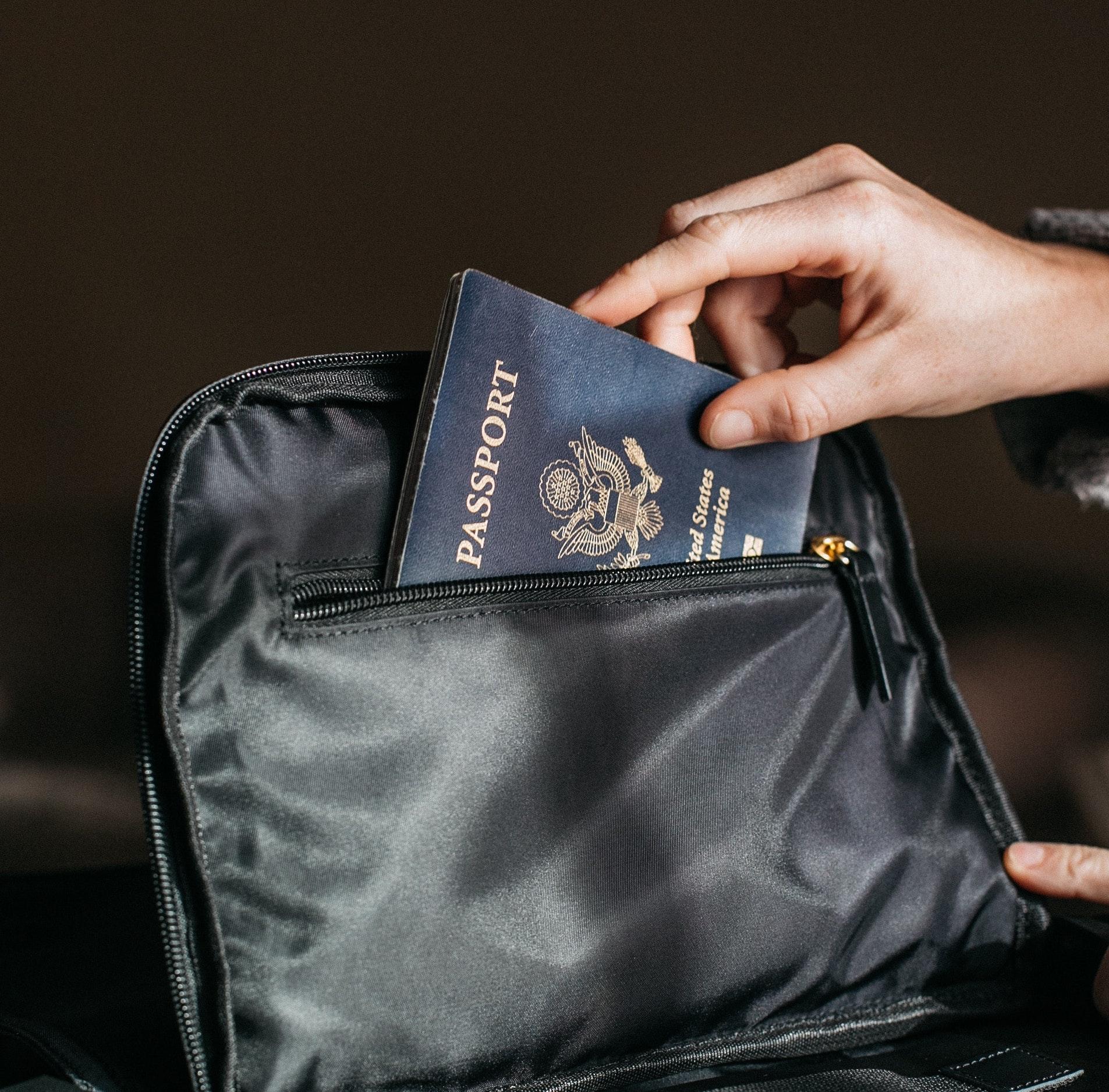 bag-hand-holding-842961.jpg