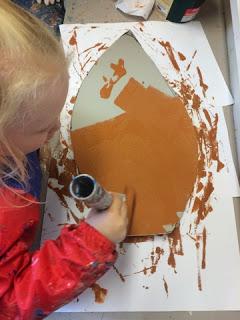 Vi maler kongleskjellene og denne gangen bruker vi rull. Maling gjør til at mange kan være delaktige.