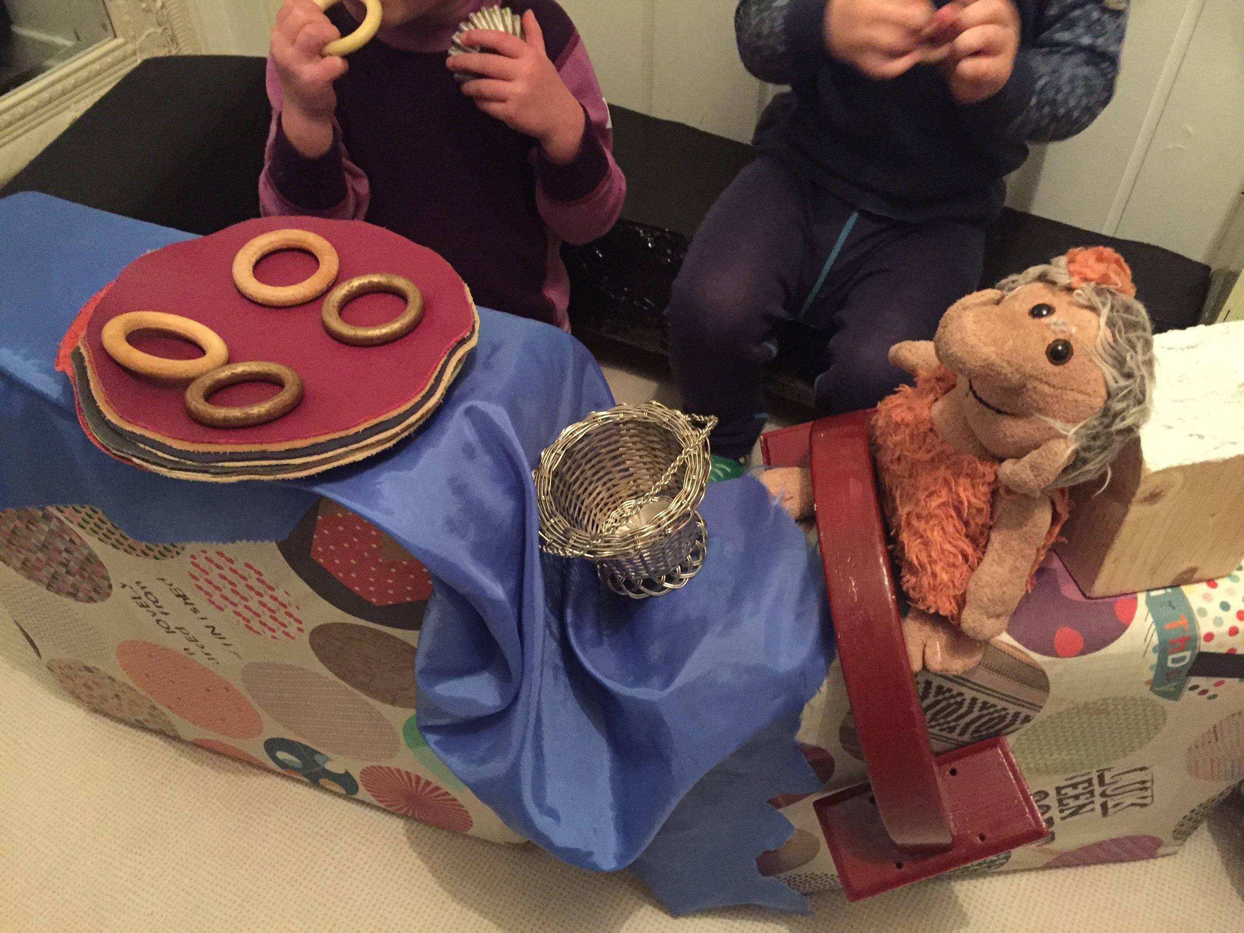 """Her er det en blanding av udefinerbart materiale og konkreter fra """"Bukkene Bruse"""". Dette gir inspirasjon til leken, som her, hvor barna er på biltur med trollet."""