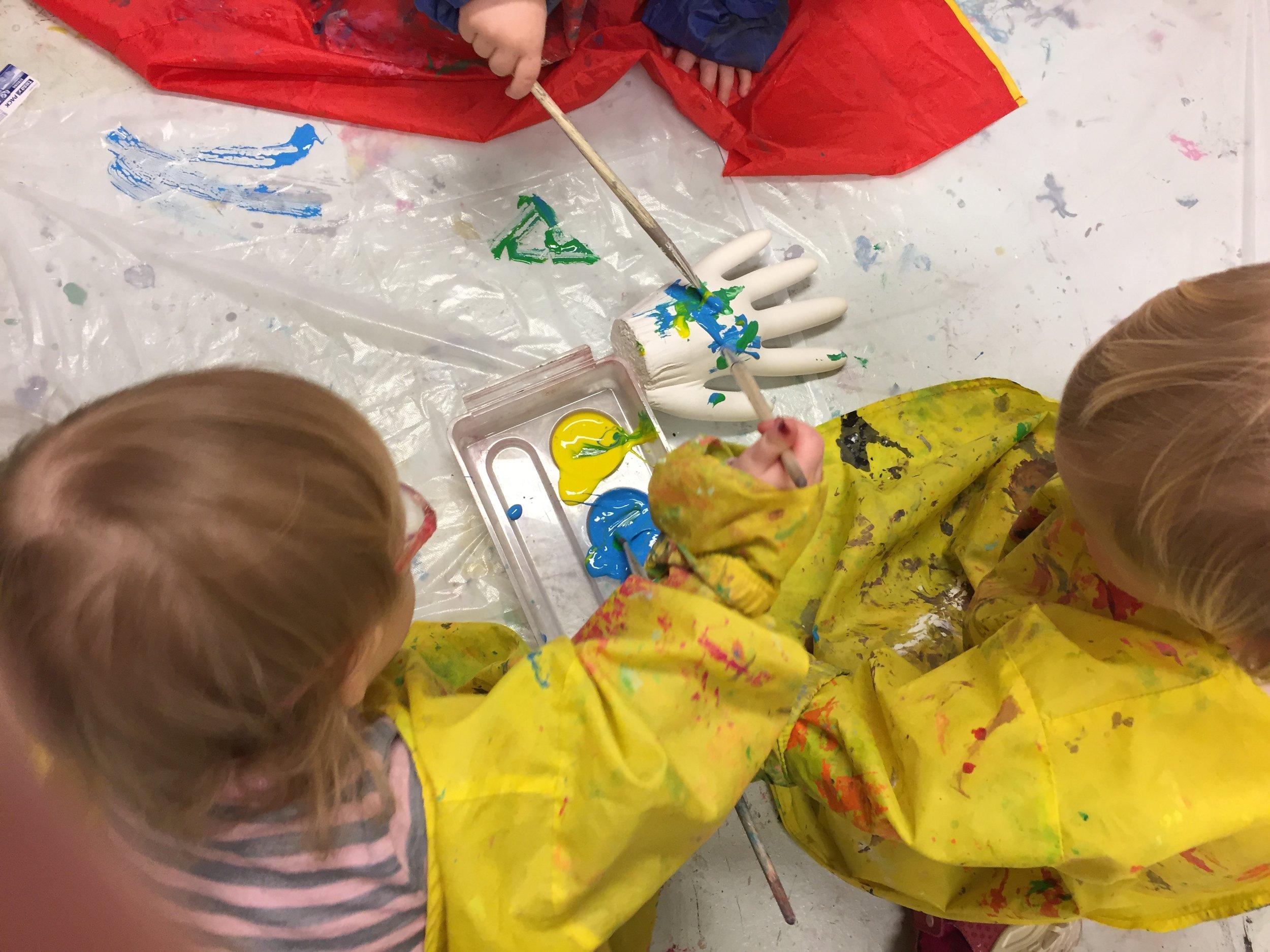 Hånden måtte undersøkes først ved å holde den og å ta på den. Etter å ha sanset den var det greit å male på den.