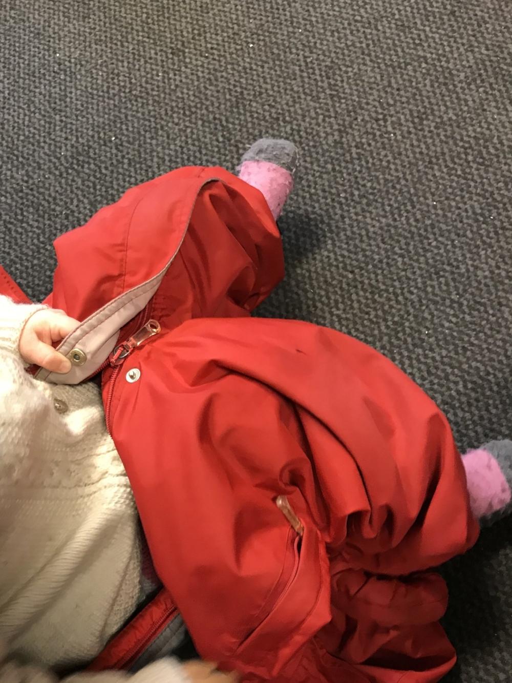 Å dra på dressen selv så vi ser føttene stikke ut av hullene sine.