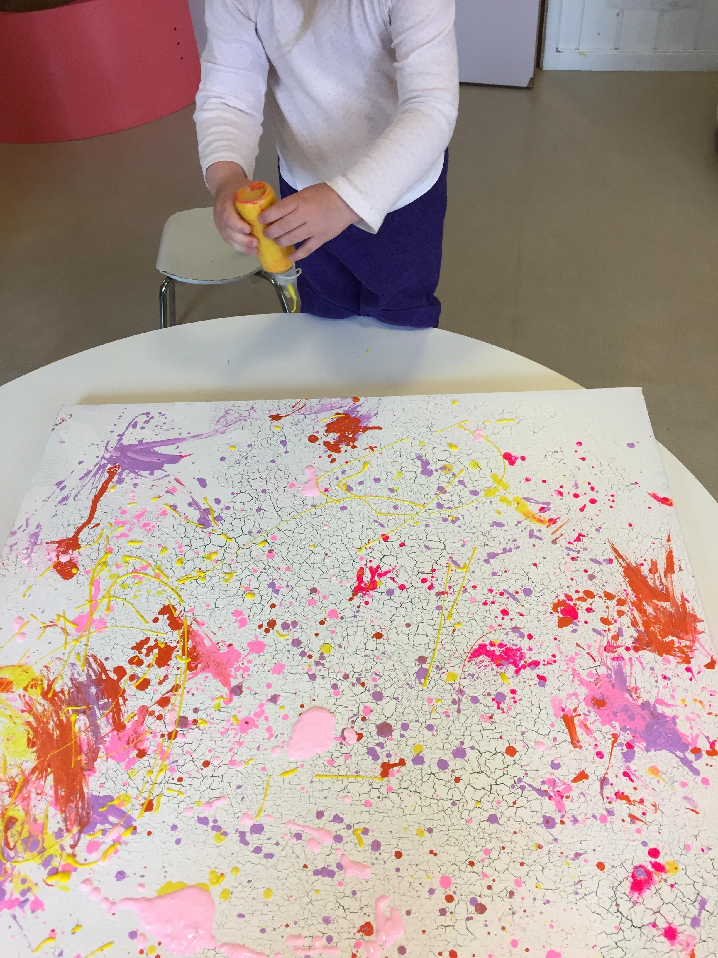 Ved å stå og male får man kanskje et annet inntrykk og oversikt av bildet, og hvor man vil legge på maling.