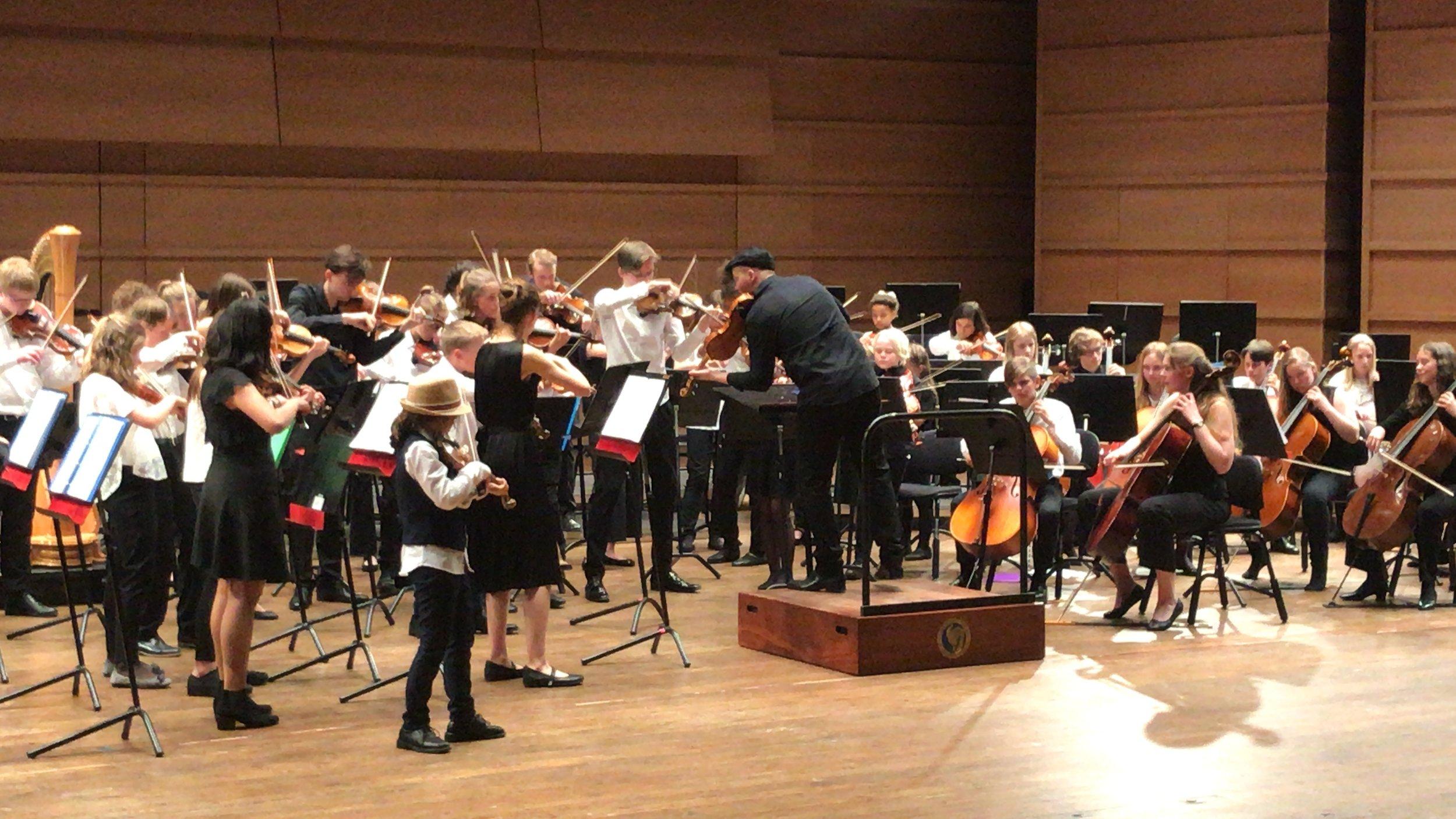 Medlemmer av NOR59 spiller i Grieghallen under den Europeiske orkesterfestivalen. Foto: Virgil Cameron