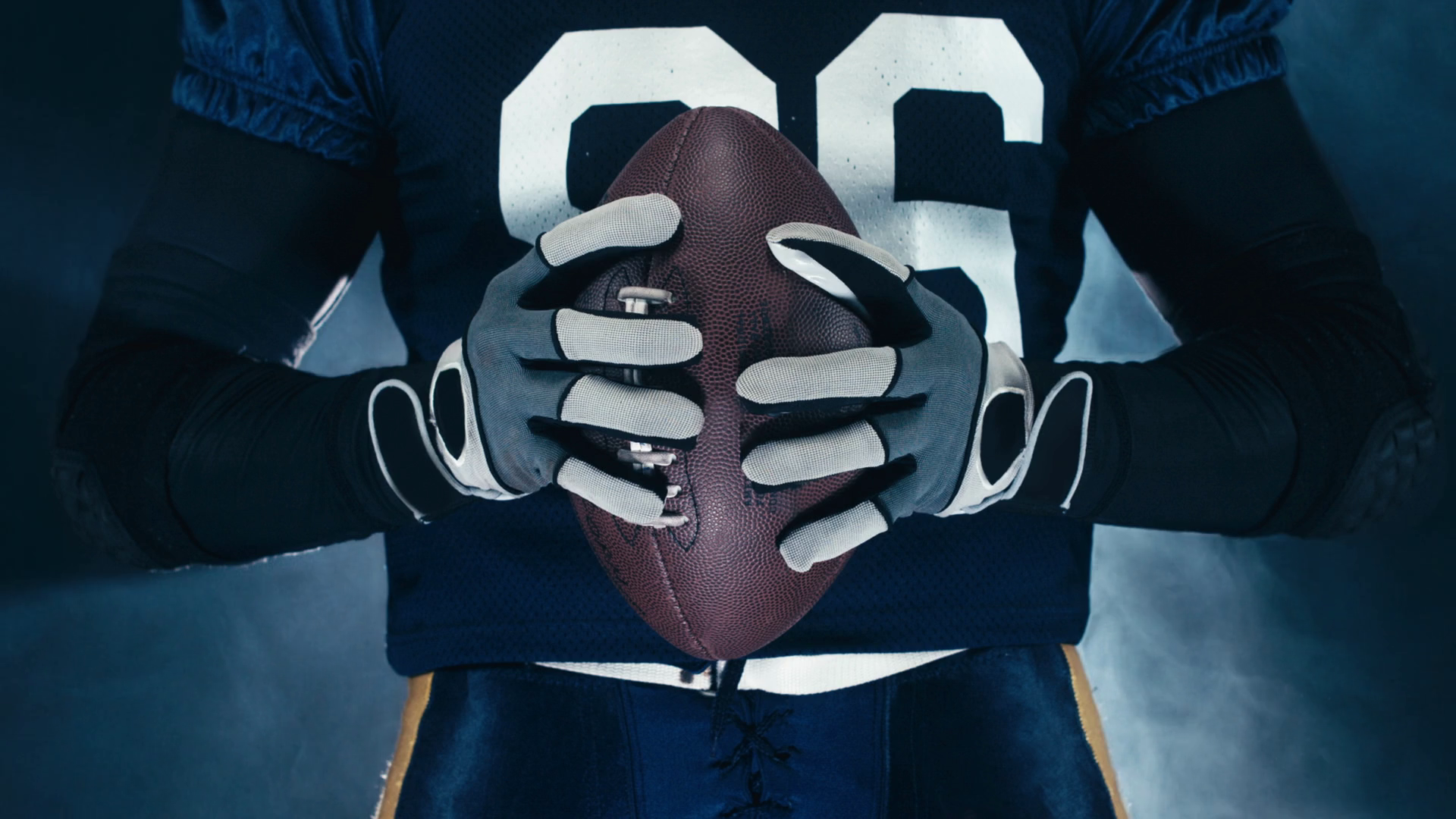 videoblocks-4k-cinemagraph-seamless-loop-extreme-cu-caucasian-male-american-football-player-holding-a-ball-raw-edited-footage_b0eewo_0e_thumbnail-full01.png