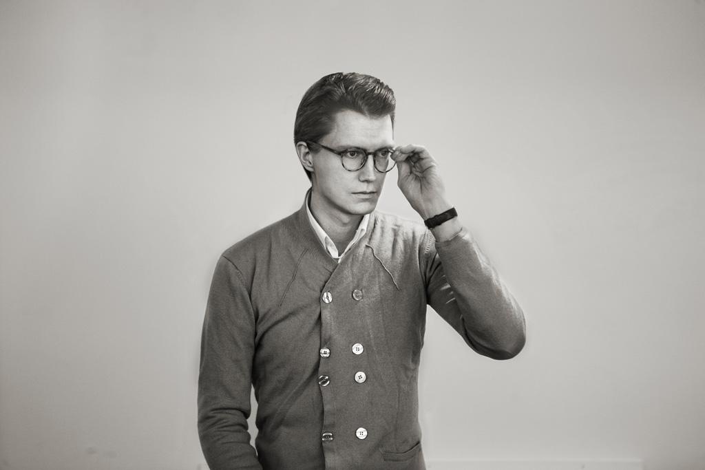 """Joel Karlsson - Joel Karlsson, Krook & Tjäder Design (1975) född och uppvuxen i Göteborg. Han är utbildad på Konstfack - Inredningsarkitektur och Möbeldesign och har läst Arkitektur på Kungliga Tekniska Högskolan i Stockholm samt Parsons School of Design i New York.Idag är han delägare i, och chef för Krook&Tjäder Design i Göteborg.K&TD är ett designkontor i arkitektkontoret och vid formgivning av nya produkter jobbar Joel efter devisen """"form follows research"""" ett ordspråk som anspelar på samspelet mellan Producent, Designer, Arkitekt och Brukare.ProdukterCap takCap väggCap vägg utomhusXM takXM vägg"""