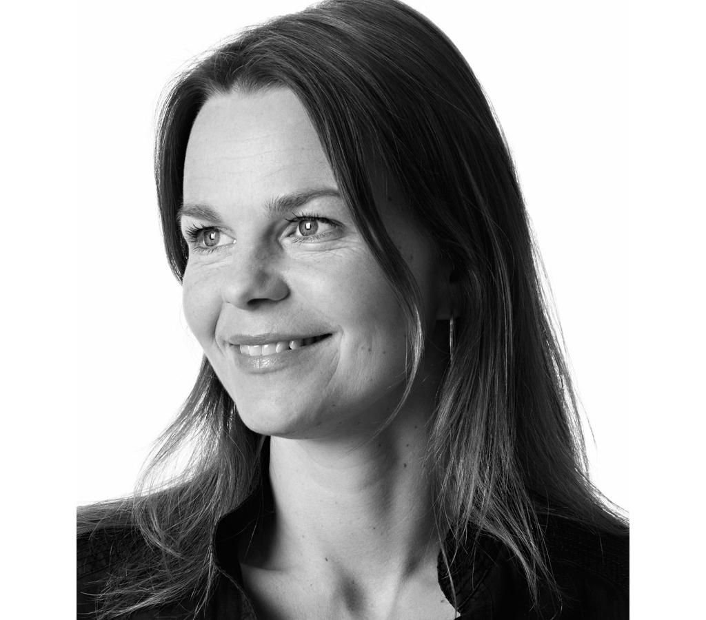 """Mia Cullin - 1998 började Mia Cullin arbeta med design och inredning från egen studio i Stockholm efter designstudier i Sverige, Italien och Danmark.Hennes arbete visar ofta en fascination för geometri och ett intresse för konstruktion och anslutningar. Många av hennes produkter innehåller en """"textil känsla"""" där hantverk är ett viktigt inslag. Bland hennes kunder återfinns Nola, Ikea, Habitat, Blå Station och Zero.ProdukterCord pendelCord tak"""