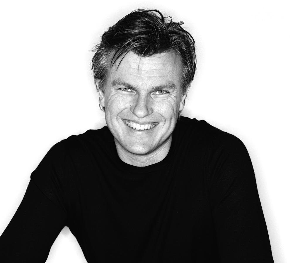 Thomas Sandell - Thomas Sandell är född 1959, arkitekt SIR och SAR. Ordförande i SAR Svenska Arkitekters Riksförbund.Färdig arkitekt 1985 efter studier på KTH. Därefter anställd bla på Jan Henrikssons Arkitektkontor. Från 1990 egen verksamhet, Thomas Sandell Arkitektkontor.1995 startade Thomas Sandell, tillsammans med Ulf Sandberg och Joakim Uebel, sandellsandberg, ett företag som arbetar gränsupplösande med arkitektur, design och reklam och som för närvarande sysselsätter ca 60 personer.Thomas Sandell har står bakom uppmärksammade inredningar bla på Arkitekturmuseet och Moderna Museet samt flera reklambyråer. Just nu är han aktuell bla med Gåshaga Brygga, 41 st radhus på Lidingö.Som möbelformgivare har Thomas Sandell samarbetat med flera svenska och internationella möbelproducenter bla Artek, Asplund, B&B Italia, Cappellini, Cbi, Gärsnäs, IKEA of Sweden, Källemo, Mobileffe, R.O.O.M, Rydéns, Tibrokök, Tronconi och ZERO.För sitt arbete har Thomas Sandellgenom åren mottagit ett antal designutmärkelser.ProdukterDroppen badrumDroppen vägg utomhusTre