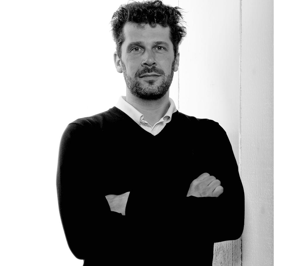 Johan Carpner - Johan Carpner formger produkter för hem och offentlig miljö.Johan är grafisk formgivare från början, vilket märks i hans distinkta linjer och väl avvägda formspråk. Sedan Johan gav sig in på produktformgivning har han bland annat designat lampor, mattor för Kasthall och textiler för Ljungbergs och Svenskt Tenn.Johan Carpner är utbildad på Konstfack och har fått Bildkonstnärsnämndens arbetsstipendium, tidningen Residence Stora formpris och stipendium från Stiftelsen Marianne och Sigvard Bernadottes Konstnärsfond.ProdukterBeam pendelBeam tak