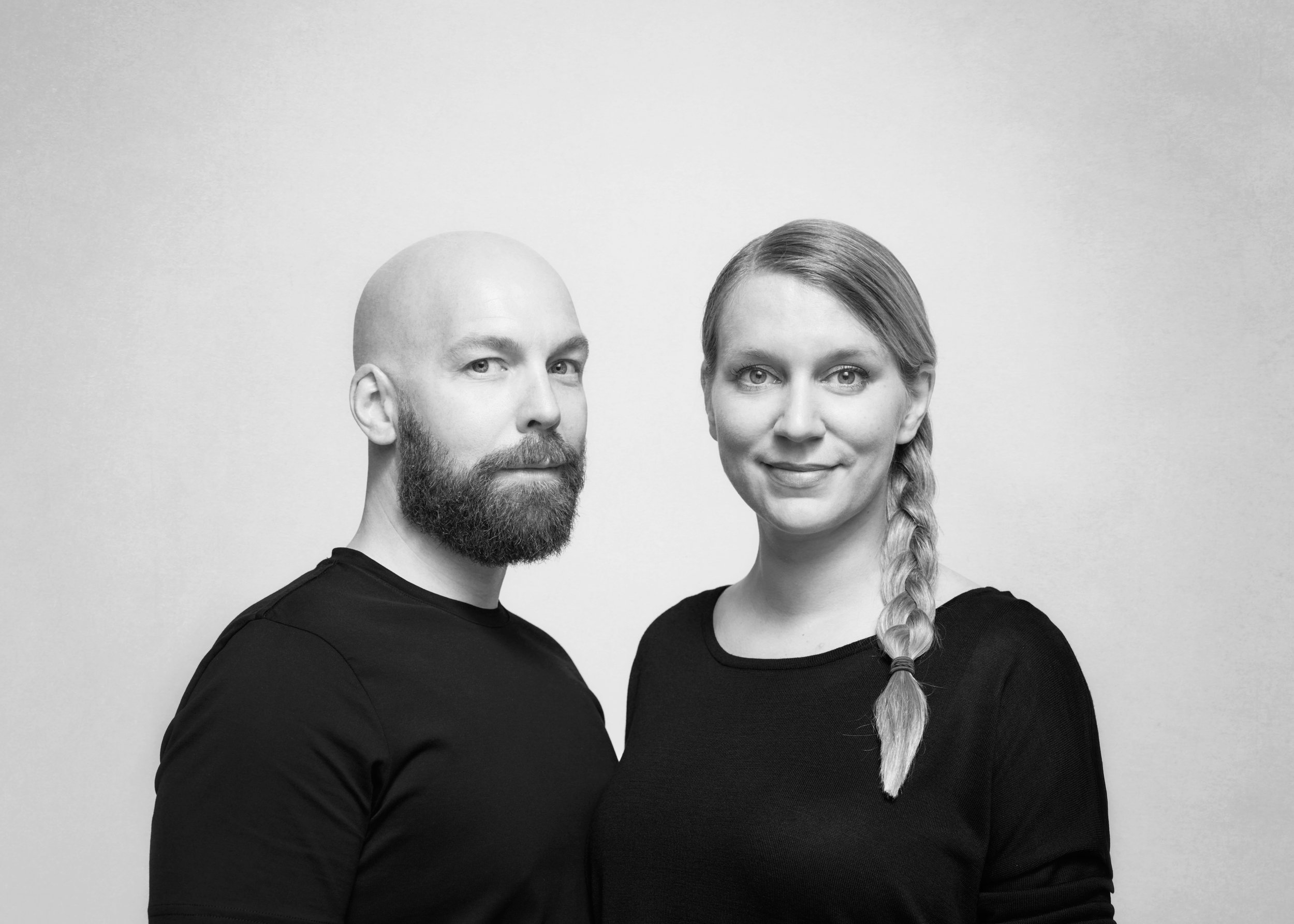 Kauppi & Kauppi - Kauppi & Kauppi är en designerduo med rötter i norra och södra Sverige. Johan och Nina har båda en Magisterexamen från Högskolan för Design och Konsthantverk vid Göteborgs Universitet. 2016 etablerades den gemensamma studion Kauppi & Kauppi i Sverige, efter några år utomlands i New York och Frankfurt.Designstudion förhåller sig till design och kommunikation i alla skalor, från rumsliga projekt till taktila objekt i handens skala. I projekten löper intresset av att skapa kollektioner och strategiska produktfamiljer som en röd tråd genom deras arbeten. Studions designfilosofi präglas av sökandet efter en avskalad och återhållsam design, och ett högtidlighållande av de adderade värden som gör projekt unika och genuina. Inspirationen hittas ofta i kontrasterna, mellan norr och söder och i dynamiken mellan rofylld natur och pulserande stad.Kauppi & Kauppi´s designmetod är utpräglat adaptiv och anpassas beroende på kontext, uppgift och samarbetspartners. Den speciella kreativa dynamik som uppstår i nära och engagerade samarbeten värderas högt, eftersom bra processer ger bra resultat. Oavsett projekt finns ett par viktiga frågor som de alltid bär med sig: - Vad bidrar vår design med, och vad rättfärdigar den?Kauppi & Kauppi har vunnit flera prestigefulla internationella priser såsom Archiproducts Design Award, Muuuz International Award och en handfull German Design Award, för att nämna några av deras hedrande utmärkelser.ProdukterPathfinder pollare Pathfinder Tak Pathfinder vägg