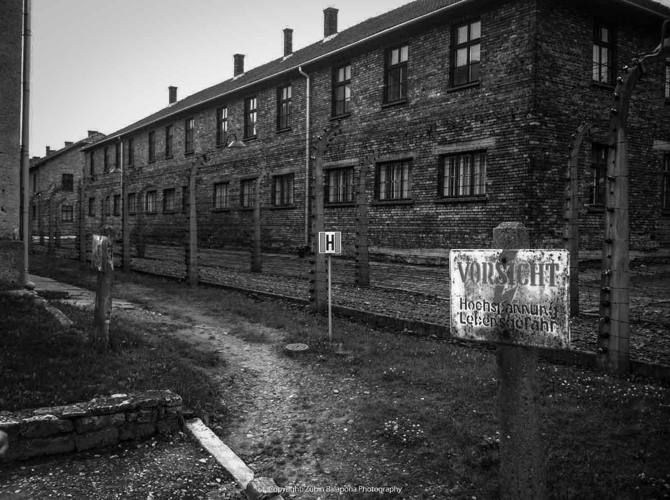 Auschwitz Vorsicht BW.jpg