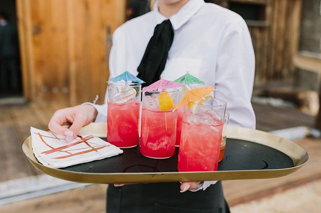 Cocktail hour is for cocktails, not waiting in line! Thankfully, our tray passed signature drinks take the pressure off any bar, leaving your guests with more time for mingling and of course, photos! And speaking of photos, this beauty was taken by the very talented @letsfrolictogether ✨