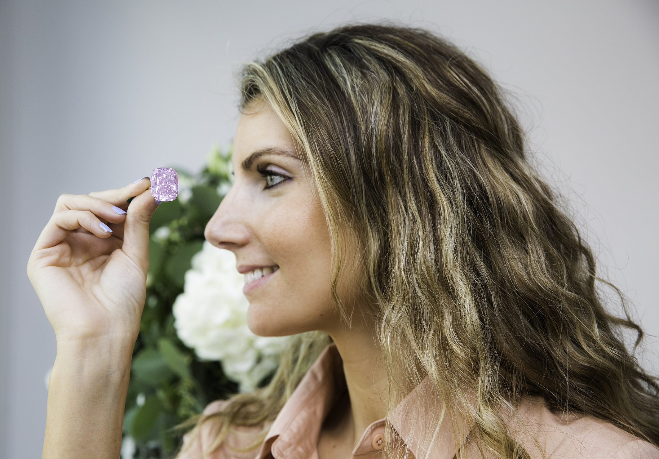 Katia Nounou, Head of Sotheby's Dubai with 'The Raj Pink' diamond. Image courtesy of Sotheby's Dubai.