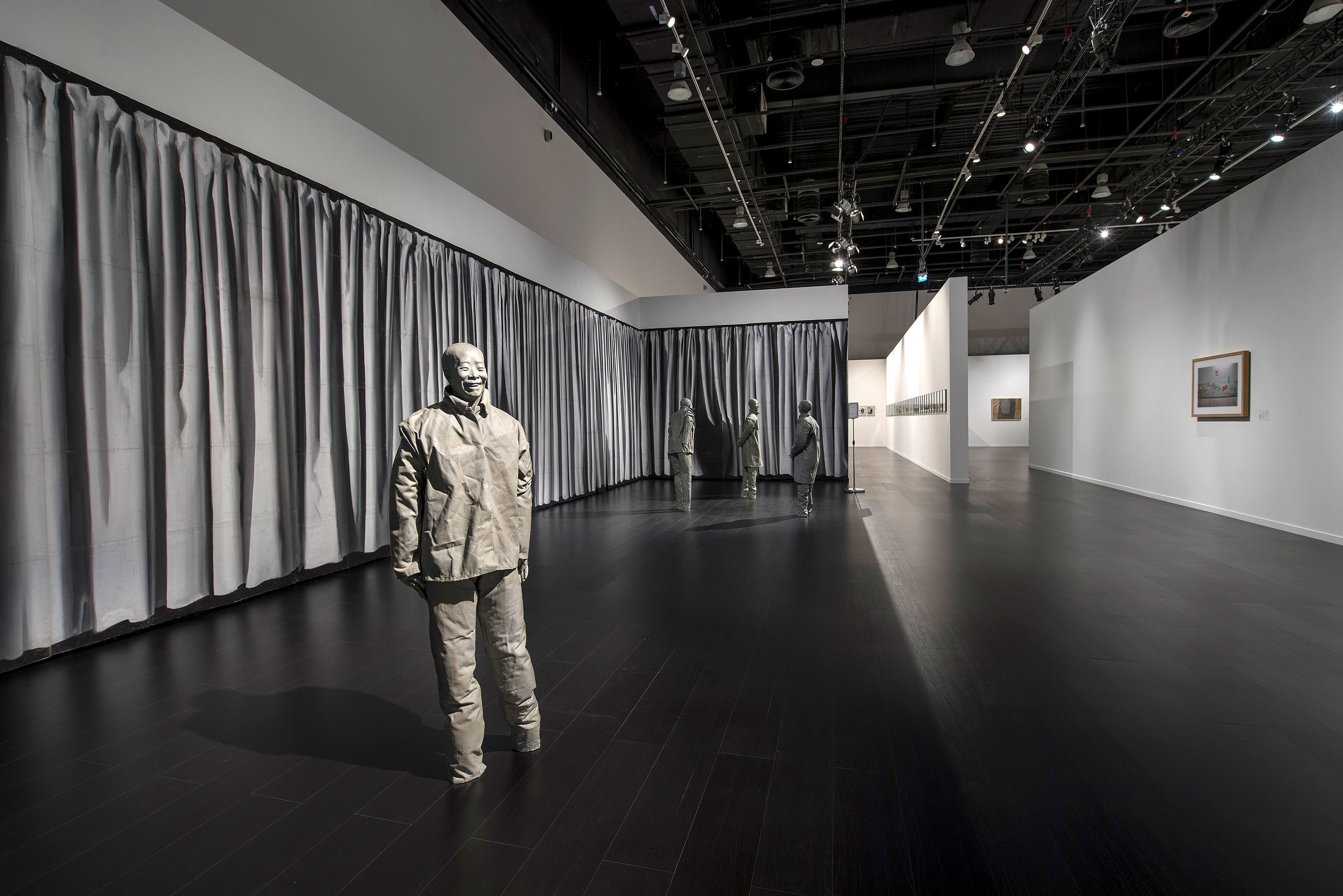 Juan Muñoz's  The Nature of Visual Illusion (1994–1997) installed in Manarat Al Saadiyat, February 2018 as part of  From Barcelona to Abu Dhabi - Works from MACBA in dialogue with the Emirates. © Courtesy of Abu Dhabi Festival