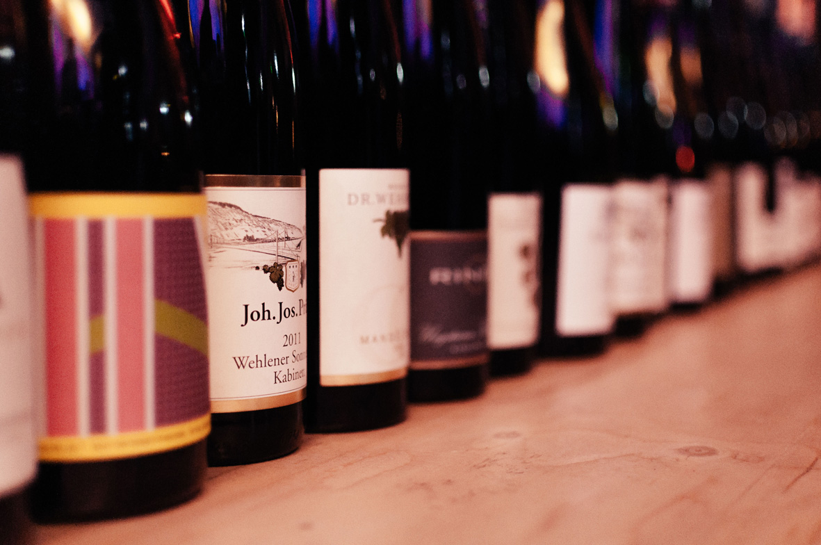 AskToni-Sipgate-Party-many-riesling-bottles-opened.jpg