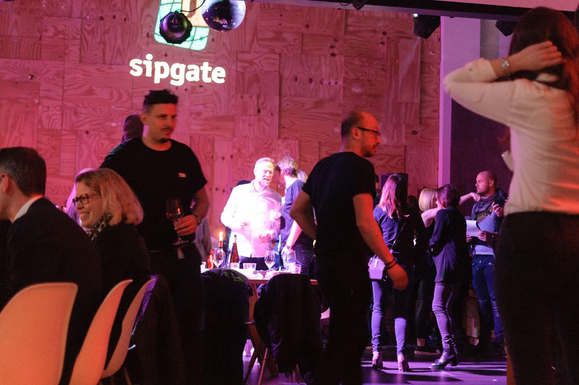 AskToni-Sipgate-Party-guests-dancing-after-5-course-menue.jpg