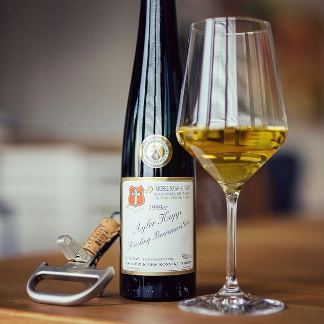 - Werbung - We have opened a nice #beerenauslese #riesling from #1999 for our #fridaytradition 🚀🚀🚀. It's the #aylerkupp BA from the #bischöflicheskonvikt #trier 😊🌟👍. The nose is an inviting mix of raisins, honey and ripe oranges, mixed with some orange peel and a bit of spices like clove. The sweetness is quite botrytis heavy, also on the palate. It's a bit the old fashioned style of BAs. The current style is more based on a crisp acidity that balances the sweetness. But it's definitely very long and rich and much of a pleasure to drink. 👏👏👏 #wine #winelover #winefreak #sommlife #sommelier #finewine #somm #wineo #wein #vino #winetime #winenot #wineenthusiast #wineporn #instawine #winestagram #winetasting #ilovewine #winemaker @foodandwine @winecellartv @wineenthusiast @winewankers @winefortheheart @winespectrum @wine_spectator @wine @winetouristmag @winerist @onceuponawine_ @wineesquire @wineexpo @winebrandao @winesocialclub @wine_everyday @simply.wines @wineconsumer @thewinebro @womenwholovejwine @tastingvintages @wineisanart @winerylovers