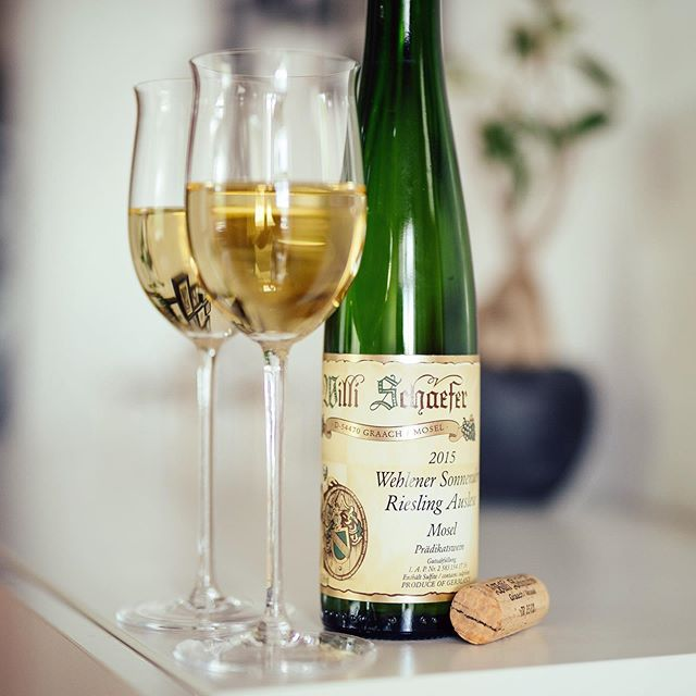 - Werbung - We are enjoying a great #willischäfer #wehlenersonnenuhr #riesling #auslese #2015 👏👏👏. While the nose is on the typical exotic side of Wehlener Sonnenuhr, the palate is a bit g basket of ripe apples and pears, all super smooth, rich and gentle. Still with the right drinking flow. Love it! 🚀👍🥂 #wine #winelover #sommlife #sommelier #finewine #somm #wineo #wein #vino #winenight #winetime #winenot #wineenthusiast #wineporn #instawine #winestagram #winetasting #ilovewine #winemaker @foodandwine @winecellartv @wineenthusiast @winewankers @winefortheheart @winespectrum @wine_spectator @wine @winetouristmag @winerist @onceuponawine_ @wineesquire @wineexpo @winebrandao @winesocialclub @wine_everyday @simply.wines @wineconsumer @thewinebro @womenwholovejwine @tastingvintages @wineisanart @winerylovers