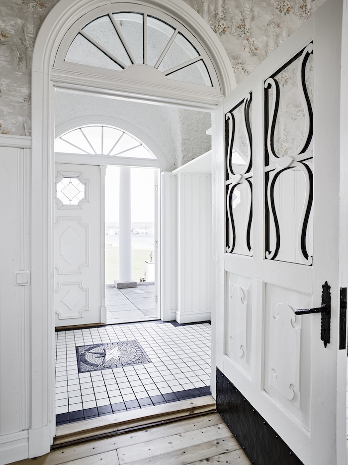 tiled-entry-swedish-villa.jpg