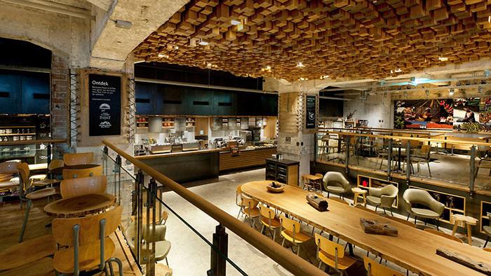 Foto - L'interno di uno Starbucks ad Amsterdam. Accogliente, caldo, comodo e dal design inconfondibile. In questo caso il branding rispecchia i valori dell'azienda. Anche se togliessimo il logo dalla vetrina la riconoscibilità non verrebbe alterata.