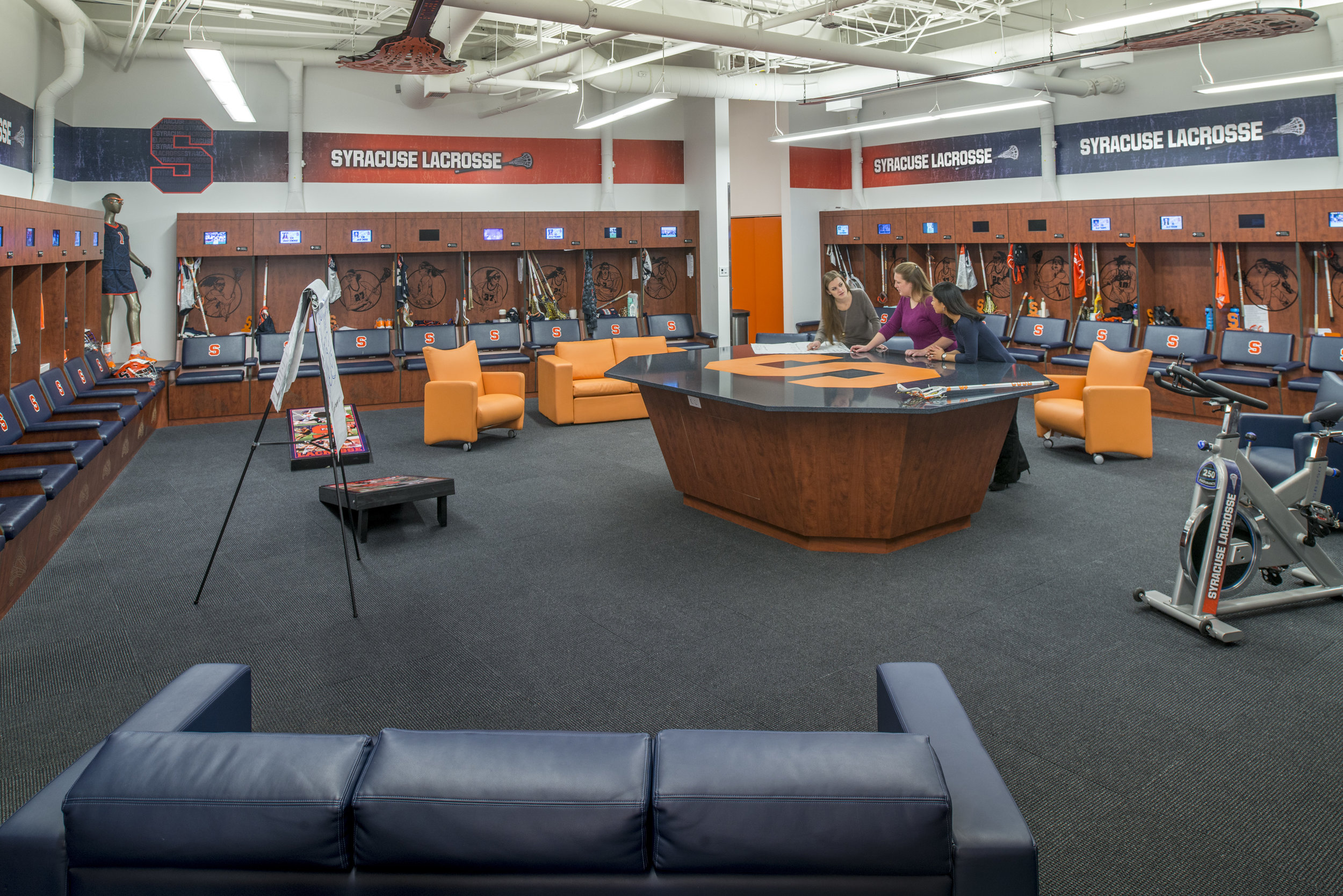 WOMEN'S LACROSSE LOCKER ROOM<strong>Finish choices reflect the context and character previously established through Syracuse University's commitment to a more sustainable campus.</strong>
