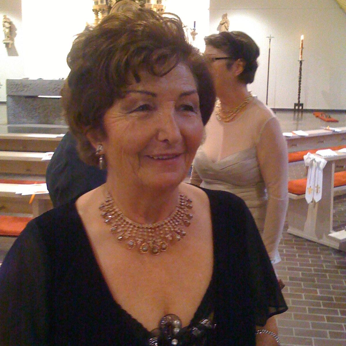 Pari (Bride's Aunt)