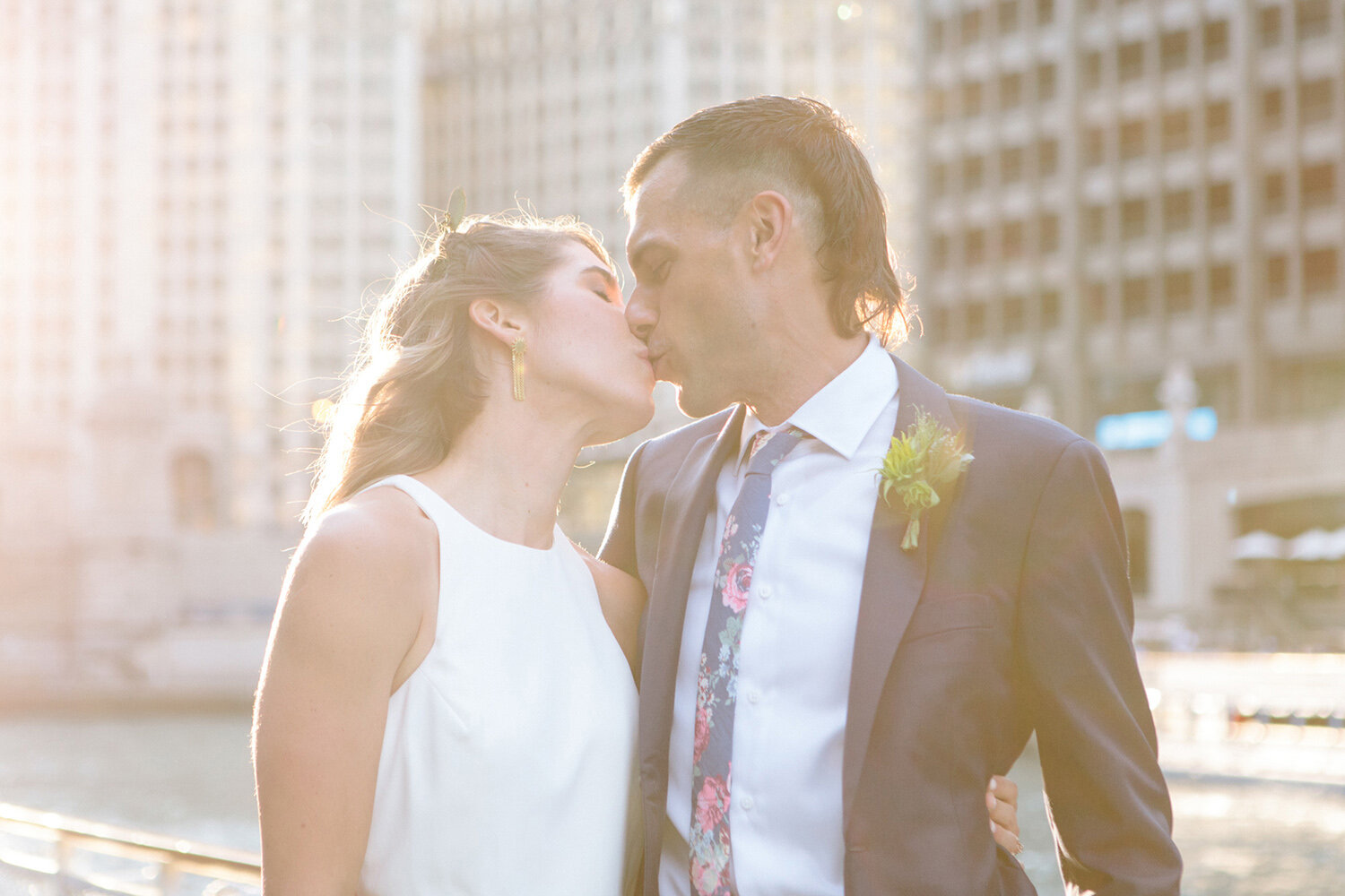 bride-and-groom-sunset-kiss-in-chicago.jpg