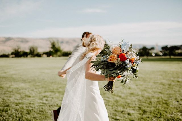 I'm not saying all brides should wear capes.... but all brides should wear capes. • This past weekend in Chelan was such a blast. From the wedding itself, to the continuation of parties and celebration, to getting a little lake time myself, I couldn't be more grateful to have been there for it all. PS Alice + Evan, check that email for your sneak peeeeeeks!!!!