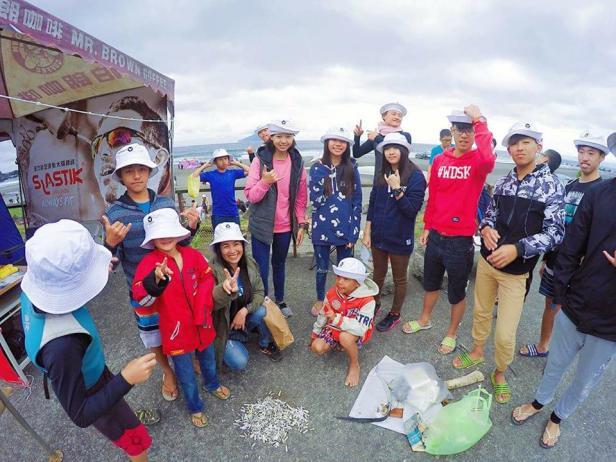 Taiwan young surfers 撿煙蒂比賽