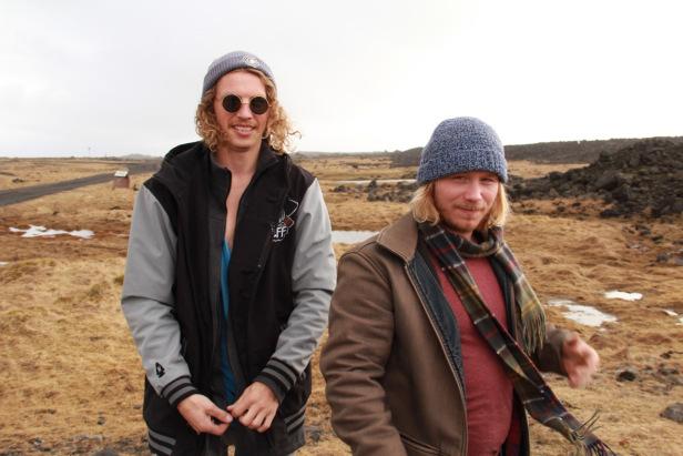 Ingó (右) 與訓練中的衝浪導遊Andrew (Andrew是漁夫) – Photo credit 蔡君平