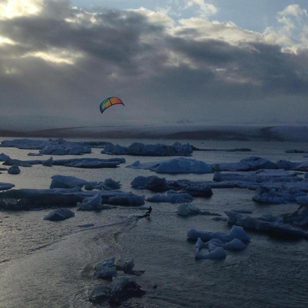北邊的冰河湖有人在玩Kite surfing – Photo credit Arctic Surfers