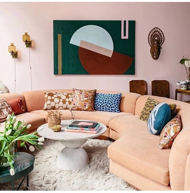 Peach perfect wrap around sofa complemented with geometric art of our dreams @hoveydesign 🍑 ... #greatinteriors #greatframes  #greatsofa