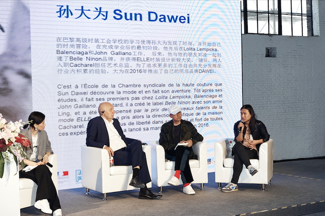 Sun Dawei at the roundtable « Paris Fashion Week : a creative and multi-cultural melting pot »with Pascal Morand (executive chairman of Fédération de la Haute Couture et de la Mode) and Mao Jihong (founder of fashion brand Exception by Mixmind, founder of Fangsuo bookshops and Mao Jihong Arts Foundation) at the Franco-Chinese Fashion Meetings in March 2018 during Shanghai Fashion Week