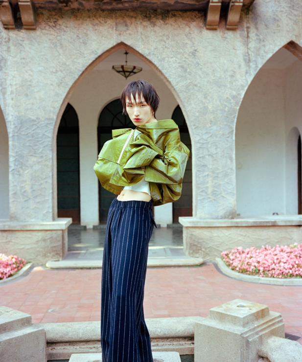 """刘树伟,The Garden系列   The Garden 系列是为独立杂志《Elsewhere》拍摄的封面故事,我与 Friendship and Pink Triangle 系列的同一个造型师Dre Romero合作。灵感主要取自于《红楼梦》和让·热内的小说《玫瑰奇迹》,我认为这两部作品在内核上有相似性,对我来说那才是真正的风格上的东西。  具体拍摄上,杂志很尊重我的风格,没有给我提出太多要求,拍摄主题等都是我自己定的,因此是一次很自由的拍摄。那一期杂志的主题是""""种族"""",而我恰恰没有去突出这个概念,而是尝试打通这一概念,展现不同的种族间相通的文化经验。"""