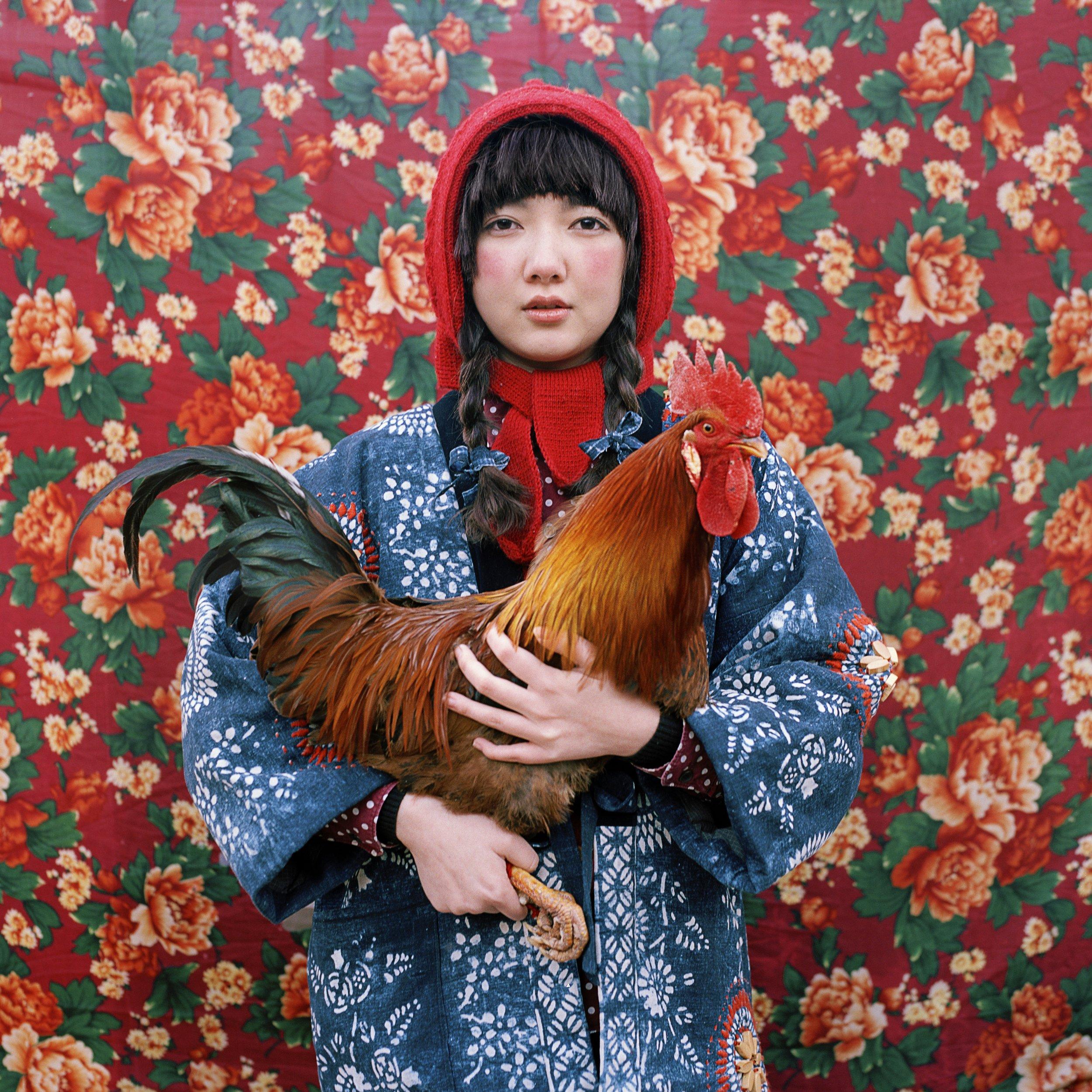 刘树伟,Childhood Revisited系列   Childhood Revisited 是我几年前的系列,与设计师王天墨的一次合作。这组照片拍摄于北方的农村,是对我自己的成长经历和童年时期的小幻想的重新呈现。因此这个系列在我的作品中像是一种根基性的存在。