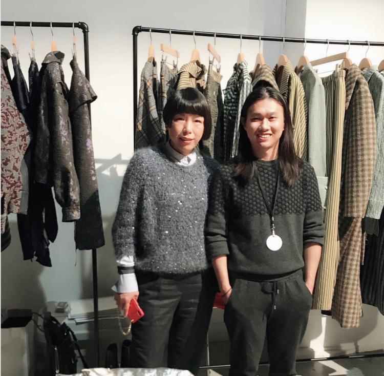 孙大为及《 Vogue 服饰与美容》中文版主编张宇于DAWEI品牌秀后台合影。