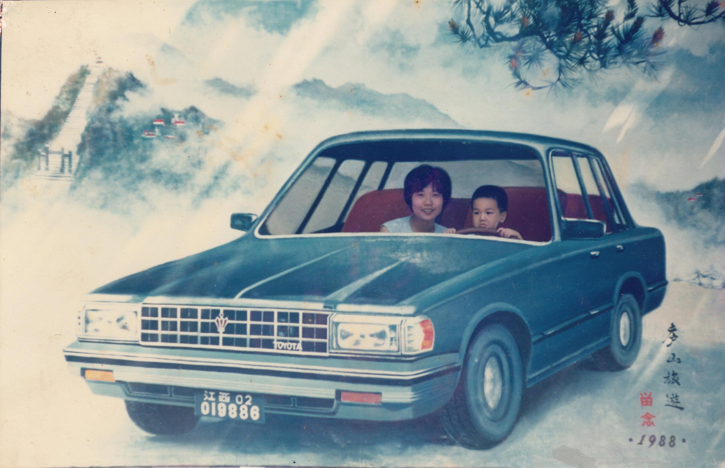 艺术家私人照片,描绘艺术家雷累和他的母亲在一家摄影工作室再现庐山的风景 ©雷磊,《庐山恋影院》
