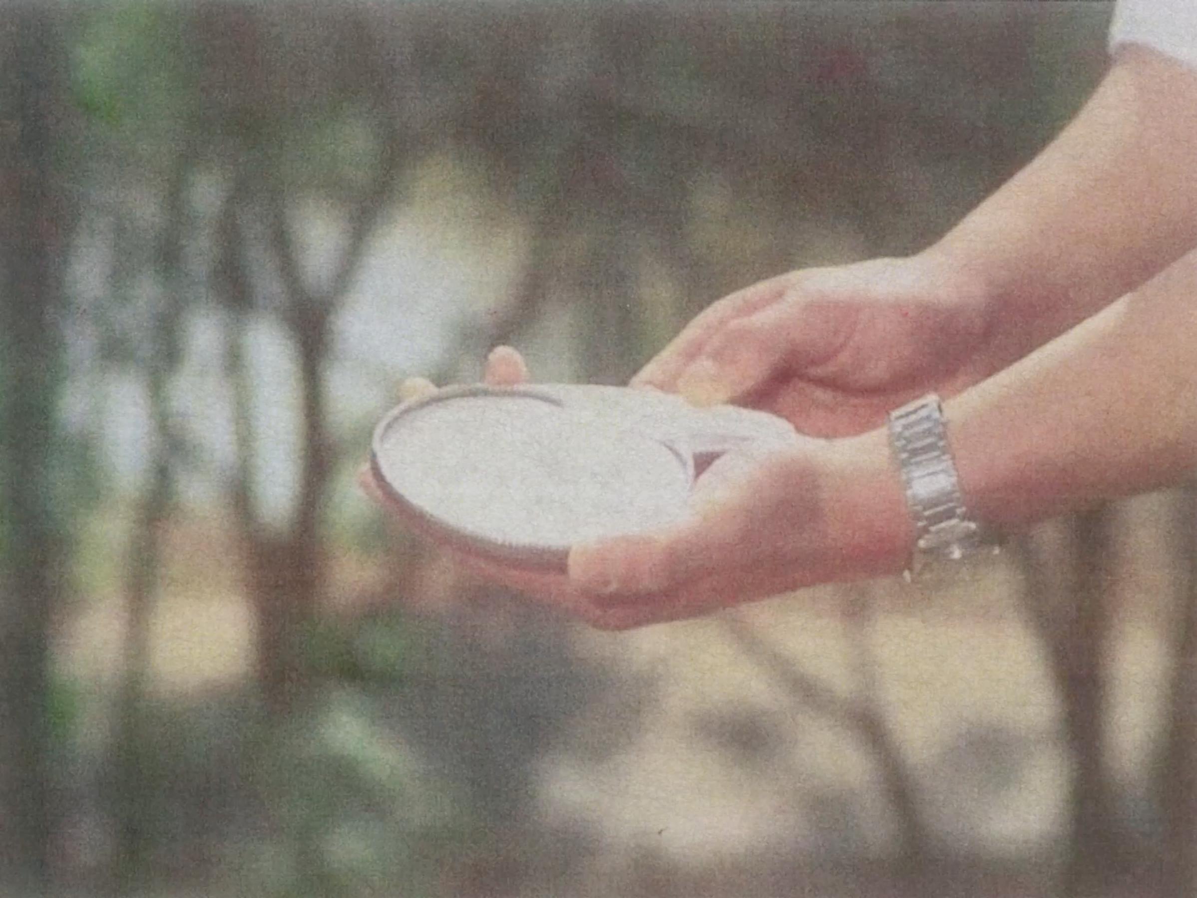 影片《庐山恋》,二手市场的材料和他家人的黑白照片。