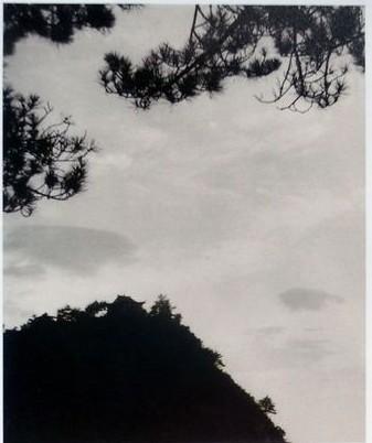 明信片(图为毛的妻子江青拍摄的庐山仙人洞)  七绝·为李进同志题所摄庐山仙人洞照  暮色苍茫看劲松,  乱云飞渡仍从容。  天生一个仙人洞,  无限风光在险峰。