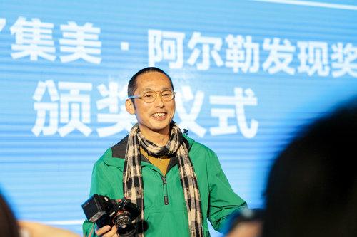 Feng Li à la cérémonie du prix Jimei x Arles Discovery