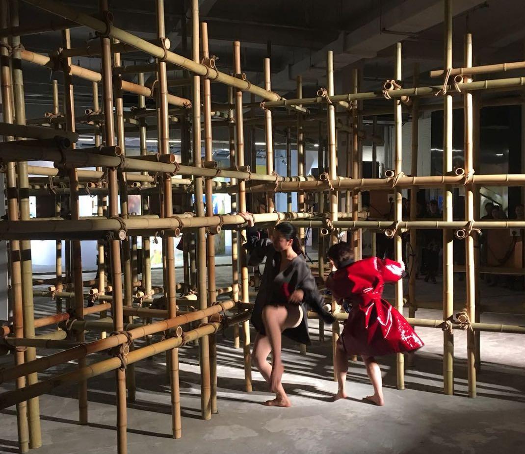 Performance de danse chorégraphiée par  I COULD NEVER BE A DANCER, stylisme Pigalle Paris (Stéphane Ashpool) à Shanghai (Bailian Group Fashion Centre – YQL)