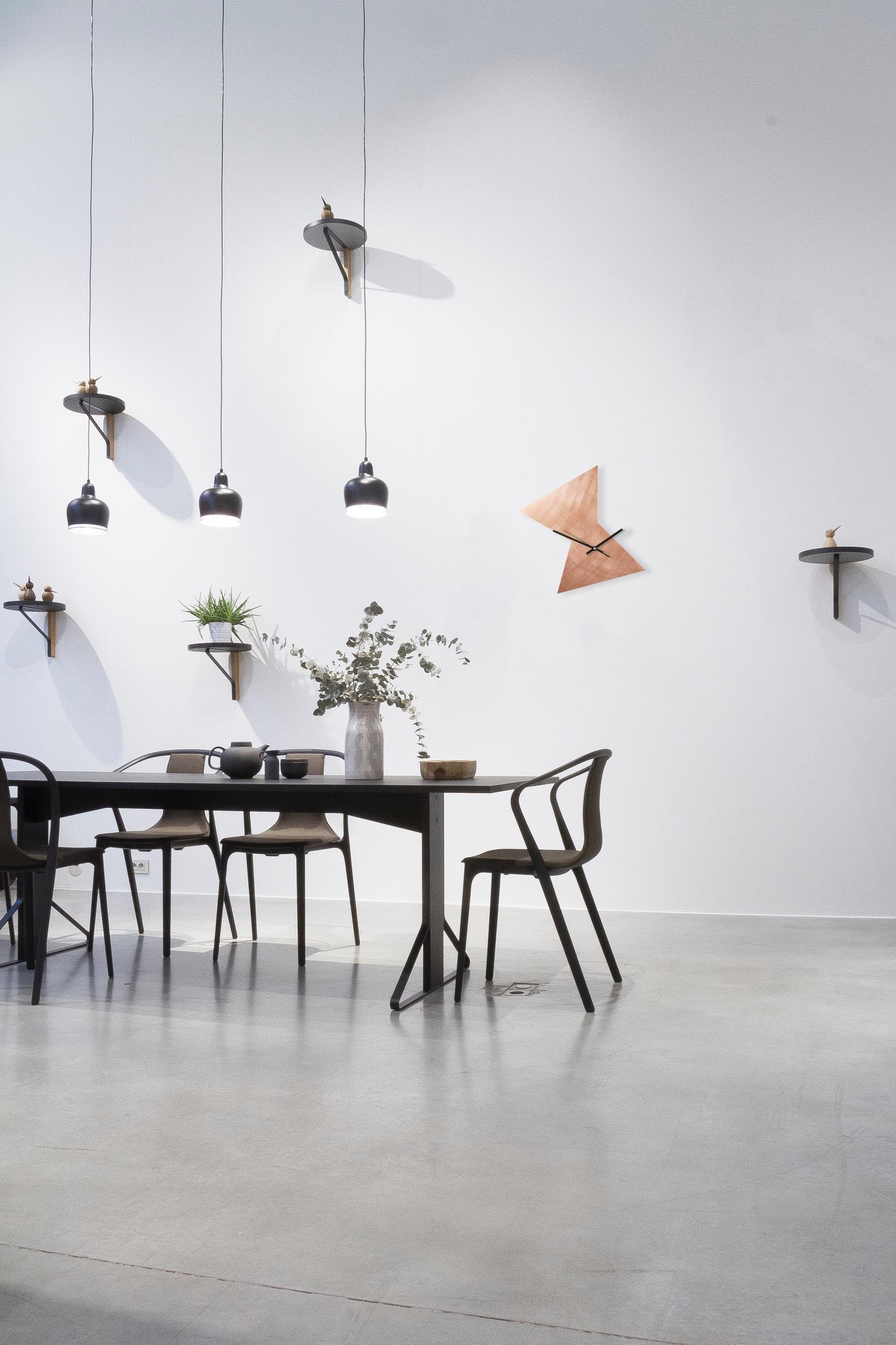 Dreieck Kupfer Uhr Interior Vitra.jpeg