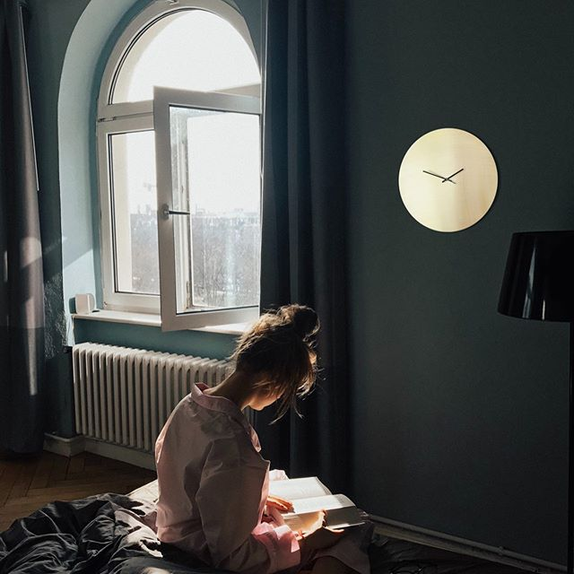 Wunderschöne Wanduhr aus 100 % Messing. Hergestellt in Hamburg. Brass wall clock. Different sizes available. #brass #messing #clock #wallclock #handmade #wanduhr #uhr #wanddekoration #decoration #walldecoration #interior #interiordesign #hamburg #germany #design #etsy #girl #reading #darkwalls