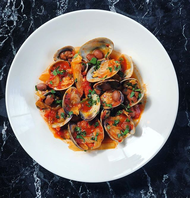 Berlotti, Fennel, Clams & Fino 🌿🐚🍅🌿🐚🍅🌿🐚🍅 . Perfect starter for the weekend 🙏 🙏🙏🙏🙏🙏🙏🙏🙏 . DM or call 01843 210116 to book . ✌️ & ❤️ . #berlotti #beans #fennel #tomato #chilli #clams #almejas #fino #margate #weekend #seaside #seafood #friyay