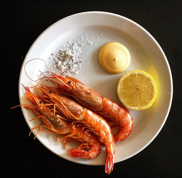 Smoked wild prawns served with saffron aioli 🦐 🍋 🦐 🍋 -  DM to book or call us on 01843 210116 🍴🌈☀️