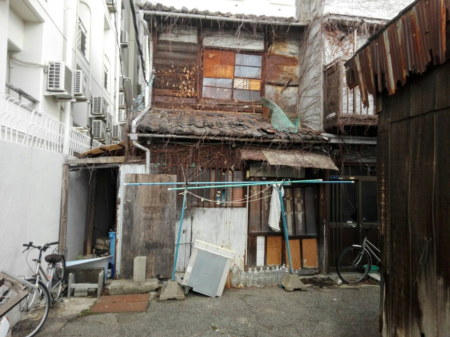 This is in the ghetto of Osaka. Not a dangerous area at all, but a neigbourhood in a state of disrepair!