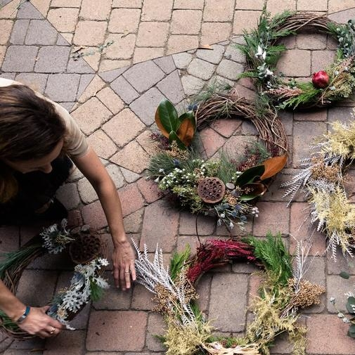 Wreath-making is a crafty way to gather with friends (Los Angeles Times)