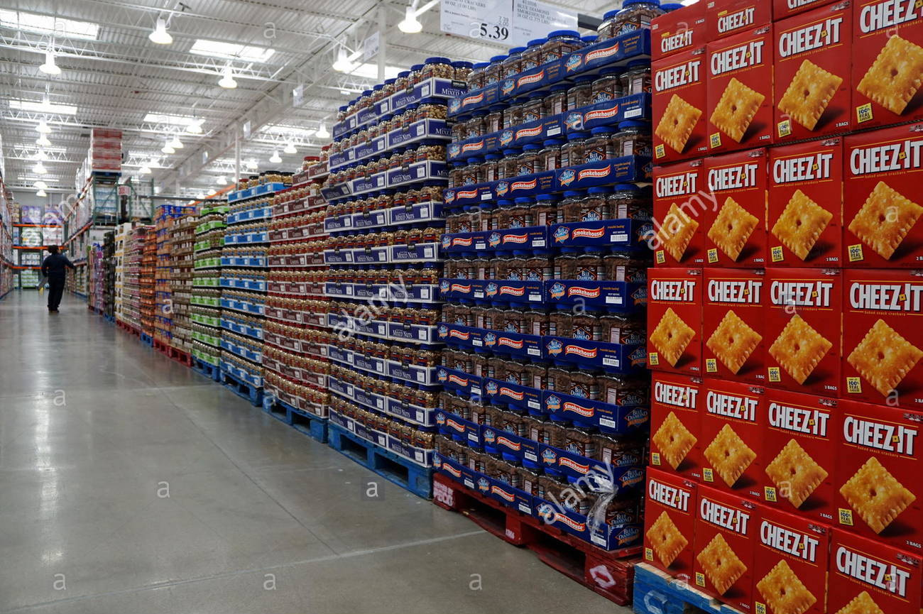 snacks-aisle-at-costco-business-center-hackensack-new-jersey-usa-G1HJJ1.jpg