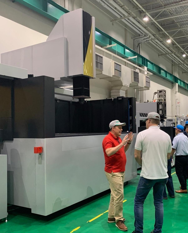 VD roger jansson visar upp maskinen på fabriksgolvet