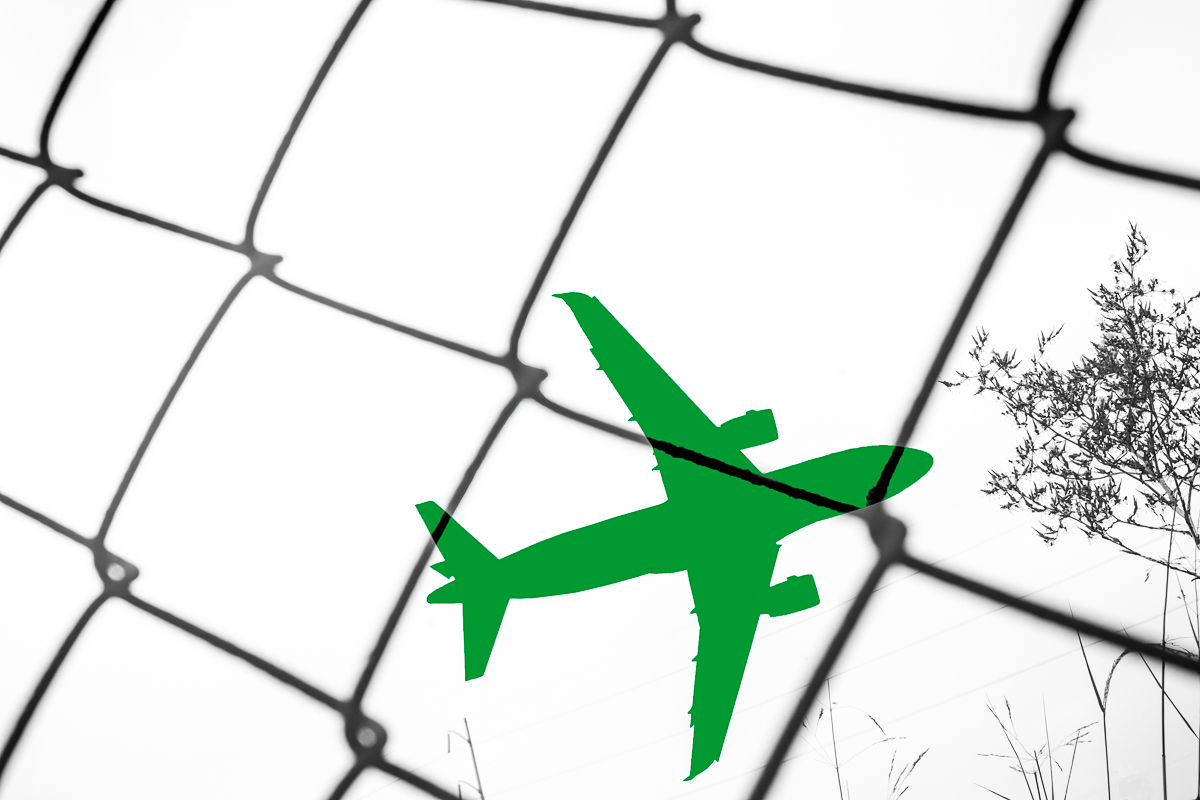 debe_arlook_semblÉ™ns_green_plane_with_chainlink_fence.jpg